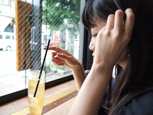 カフェにいる女の子