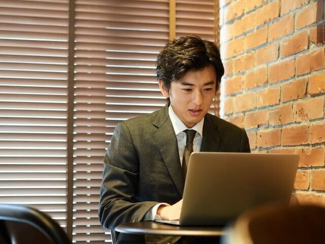 PC操作する男性