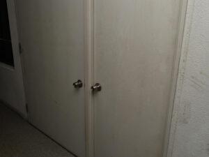 マンションの扉